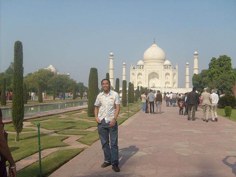Devant le célèbre Taj Mahal.