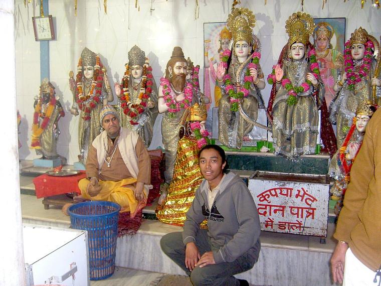 Dans un temple hindou de la ville sainte d'Amritsar. L'homme à gauche partage aux fidèles le prasad, nourriture bénie. Les statues à l'arrière-plan symbolisent certaines divinités.