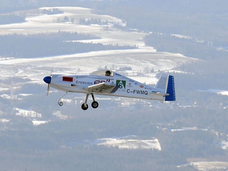 David Rancourt, l'un des étudiants concepteurs de l'avion, aux commandes de l'Épervier lors du premier vol d'essai le 16décembre. Parti de l'aéroport de Sherbrooke, l'avion a survolé la région pendant une demi-heure.