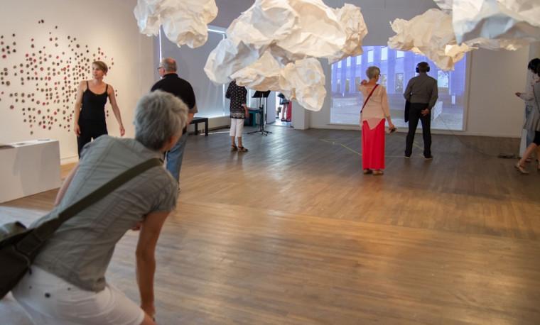 Un aperçu de l'exposition Pratiques situées. À l'avant-plan, Le poids des nuages d'Anne Vaugeois. À gauche, Matière à relations de Nadia Loria Legris et, à l'arrière-plan, Danse trajet de Josianne Bolduc.