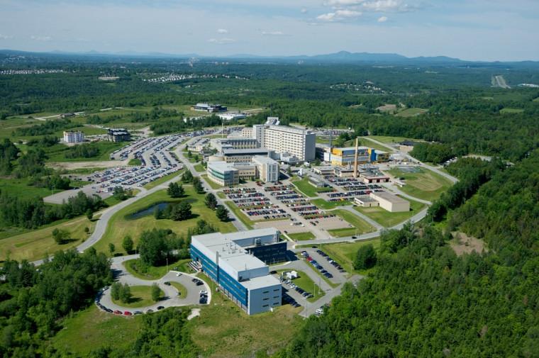 C'est au Pavillon de recherche appliquée sur le cancer, au bas de l'image, du Campus de la santé de l'Université de Sherbrooke que Laurent Fafard-Couture a réalisé son second stage, avec des équipements et installations de pointe.