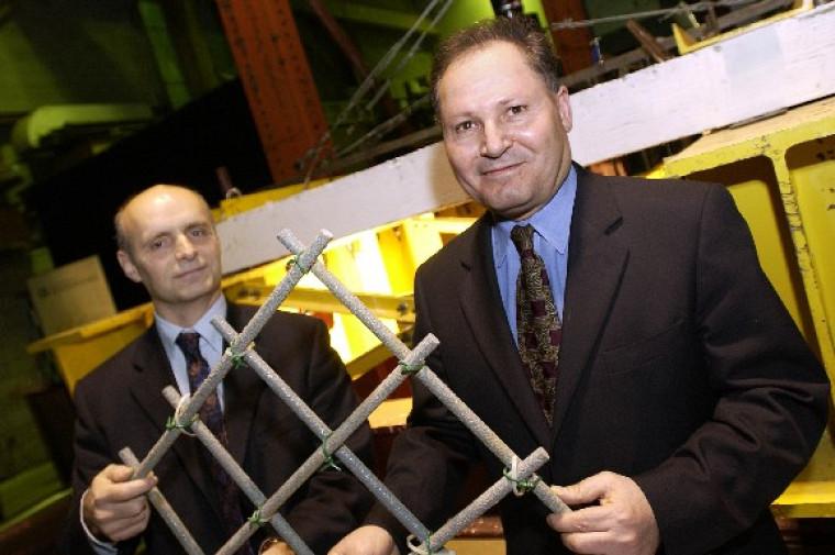 M. Guy Drapeau, du CRSNG, en compagnie du professeur Brahim Benmokrane.
