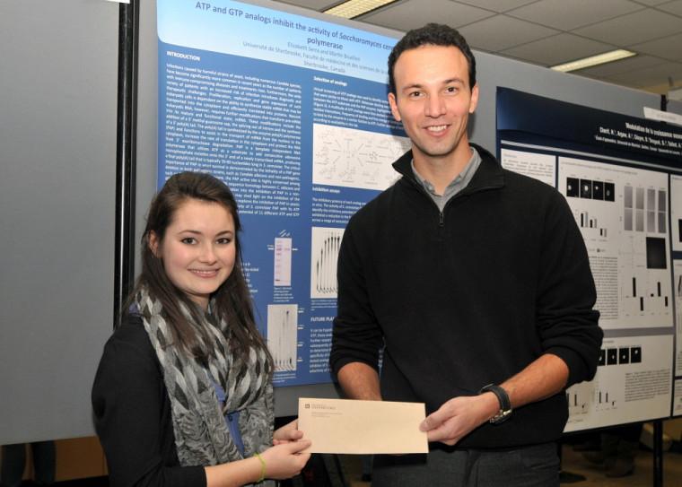 Elizabeth Serra reçoit un 1er prix de la Journée scientifique du 1er cycle (2 novembre 2012), en compagnie de son superviseur de stage, le Pr Martin Bisaillon du Département de biochimie.