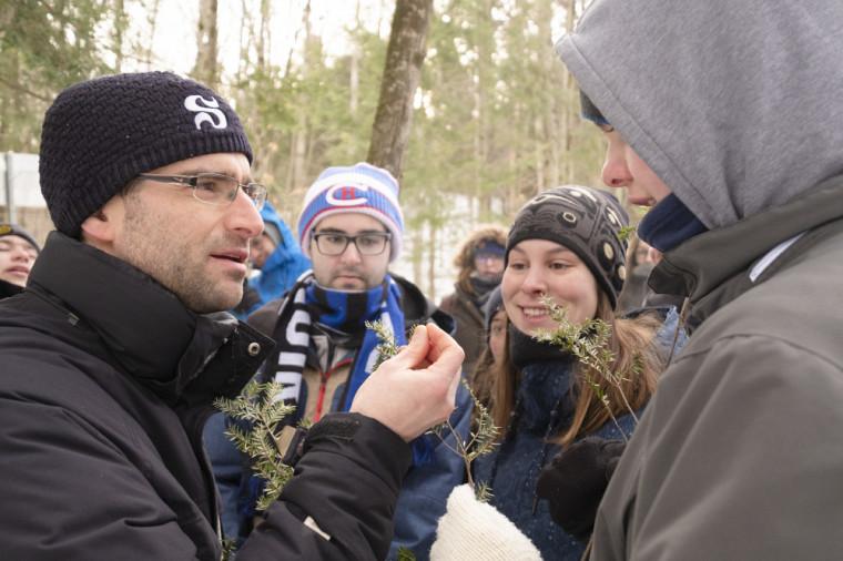 Patrice Bourgault et ses étudiantes et étudiants observent la flore hivernale au Mont-Bellevue.