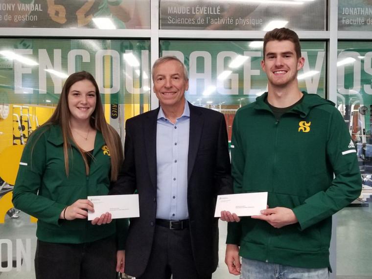 M. Lussier accompagné de ces deux boursiers du Vert &Or lors de la remise des bourses de 2019 pour le recrutement masculin et féminin en volleyball.