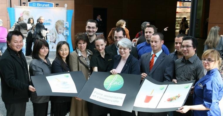La rectrice de l'UdeS, Luce Samoisette, et la vice-rectrice au Campus de Longueuil, Lyne Bouchard, en compagnie des marchands de la FAC.