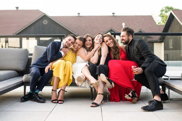 Marie-Emmanuelle Bossé (au centre) et ses collègues universitaires lors de leur bal de graduation en août 2019.