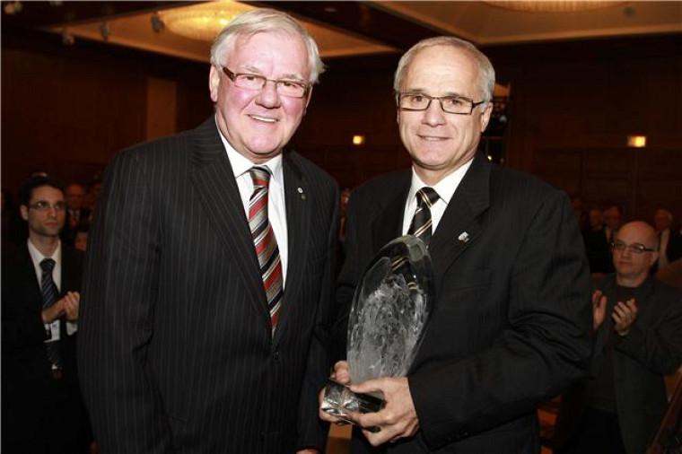 Paul Grand'Maison reçoit le Grand Prix du Collège des médecins du Québec des mains du directeur général, Yves Lamontagne.