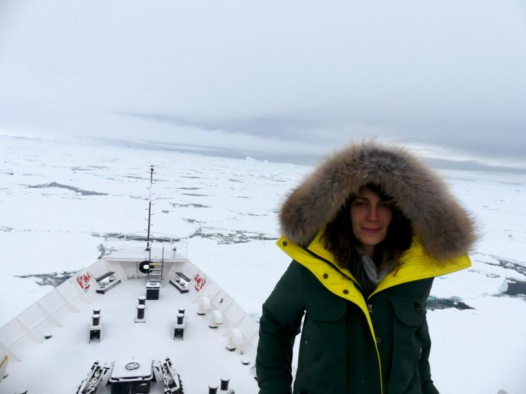 Émilie Lefol, doctorante en biologie, a participé au programme Homeward Bound en 2018. La voici à bord de l'Ushuaïa lors d'une expédition en Antarctique.