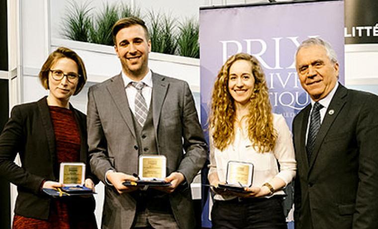 À gauche, la lauréate dans la catégorie Mémoire de maîtrise, Andrée-Anne Bolduc, étudiante de l'ULaval, avec les finalistes Olivier Lemieux, étudiant de l'UdeS, et Ève Bourgeois, étudiante de l'UdeM, ainsi que le vice-président de l'Assemblée nationale, François Gendron.