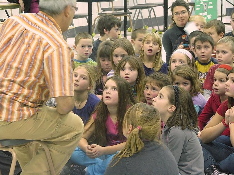 Un conteur de la région a captivé les élèves lors de la tenue du Salon du livre.