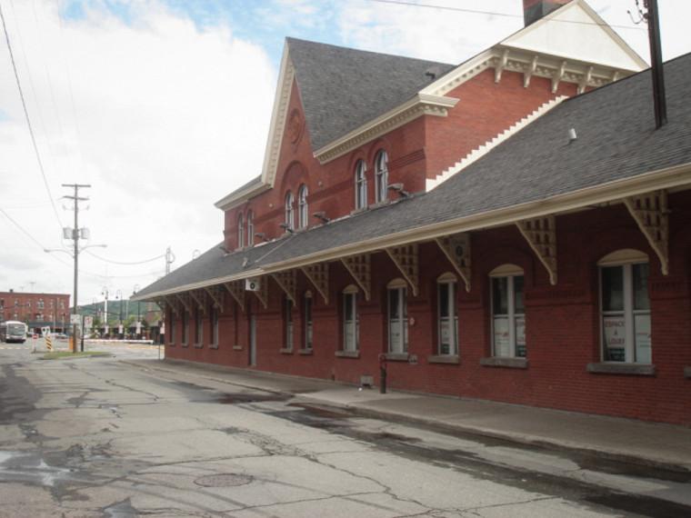 Le Siboire Dépôt voit le jour le 5 novembre 2007 dans un bâtiment patrimonial qui abritait autrefois une station de train à Sherbrooke.