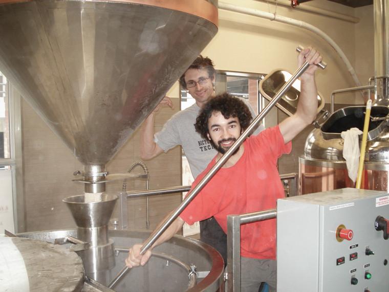 En 2007, Jonathan et Pierre-Olivier effectuaient leurs premières brasses avec l'équipement nouvellement acquis, quelques mois avant l'ouverture de leur première succursale.