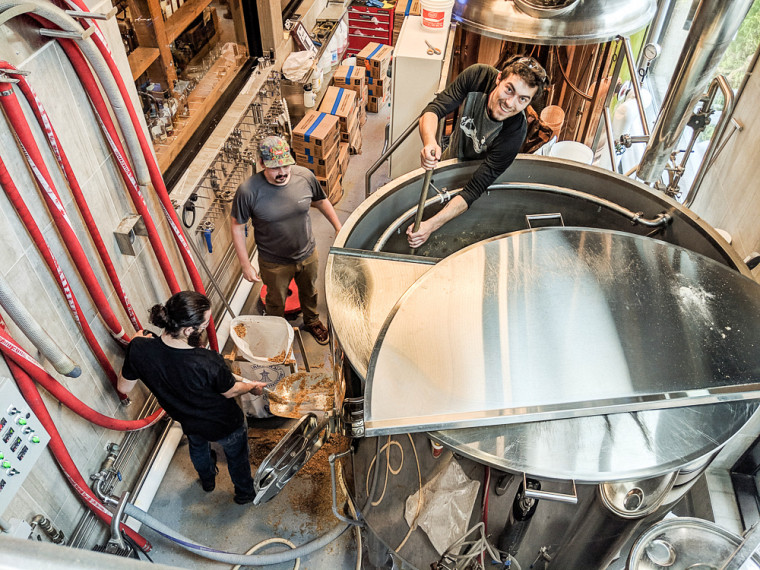Des membres de SherBroue en train de brasser une de leurs bières dans la microbrasserie du Siboire Jacques-Cartier.