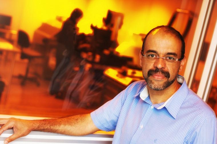 Le professeur Hassan Maher devant l'une des salles blanches de l'Institut interdisciplinaire d'innovation technologique de l'UdeS.