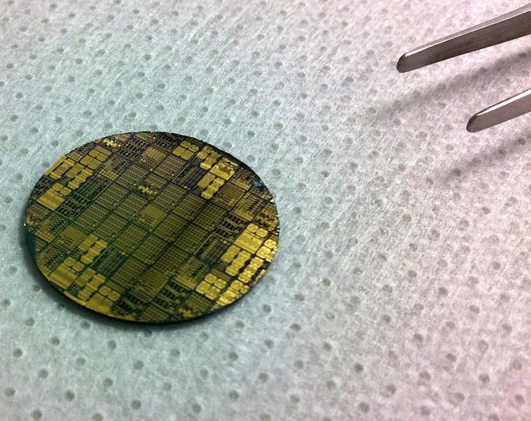 Cette gaufre de semi-conducteurs fabriquée dans les laboratoire de l'Université de Sherbrooke met à profit le GaN.