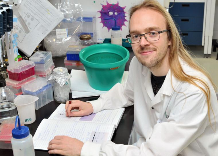 Simon Boudreaulttravaille sur différents modèles de virus dont le réovirus, le virus d'Epstein-Barr (VEB) et le virus du papillome humain (VPH).