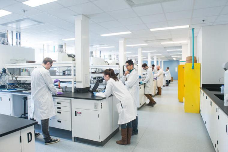 Laboratoire d'enseignement de travaux pratiques de chimie.