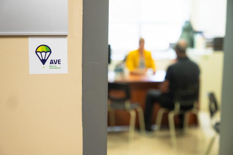 Les AVE, disponibles dans toutes les facultés et centres universitaires, de même que certains services, sont identifiées par une petite affichette à l'entrée de leur bureau.