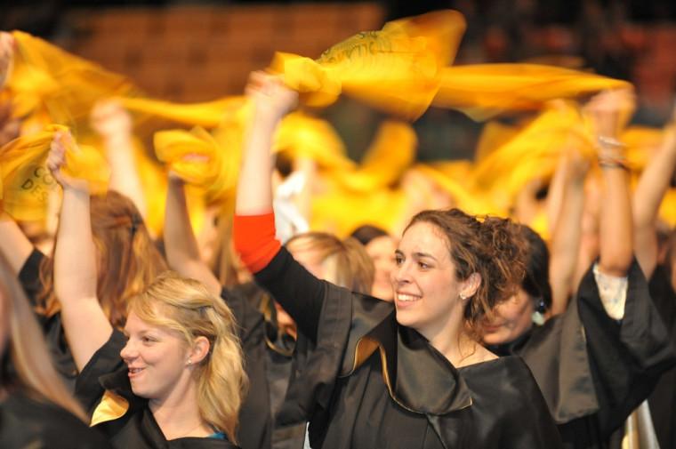 Les diplômés agitent frénétiquement des foulards pour saluer à tour de rôle les cohortes des neuf facultés.