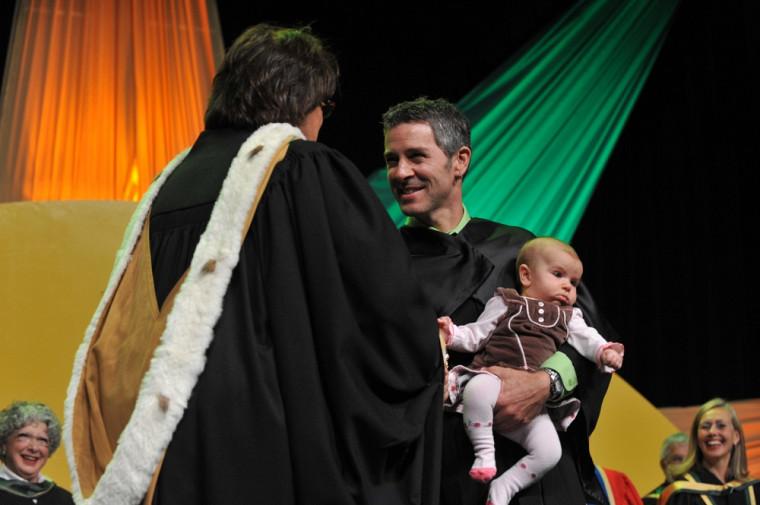 Michel Raîche reçoit son diplôme de doctorat.
