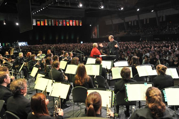 Lors du cérémonial d'investiture, la foule a pu assister à une prestation musicale de la cantatrice Catherine-Elvira Chartier, accompagnée par l'Ensemble à vents de Sherbrooke.