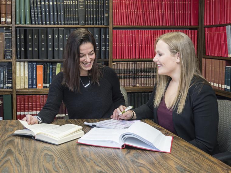 Josée Chartier et Florence Gauthier, étudiante en droit et sciences de la vie.