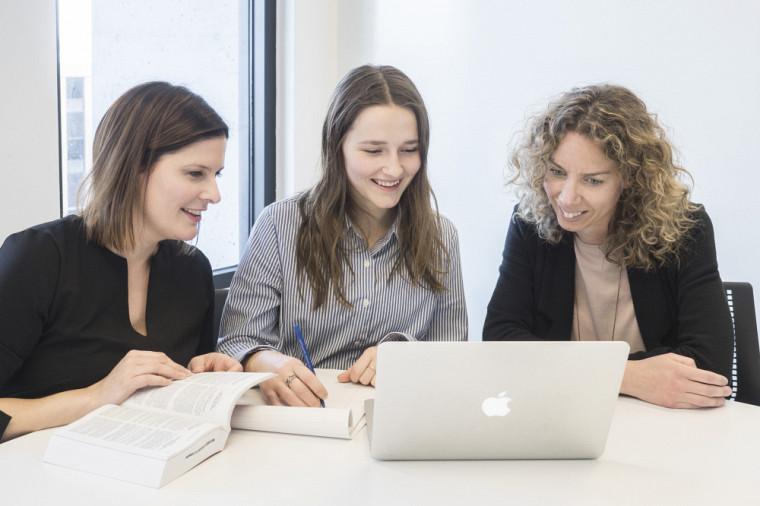 Marie-Claude Desjardins et Véronique Fortin, en compagnie d'Amélie Latendresse-Brassard, étudiante en droit et sciences de la vie.