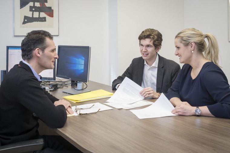 Patrick Mignault et Déborah Montambault-Trudelle, en compagnie de Jean-Christophe Imbeau, étudiant en Droit-MBA.