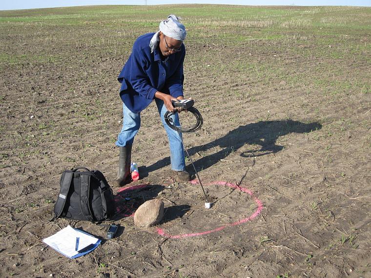 Ramata Magagi effectue une mesure avec une sonde d'humidité.