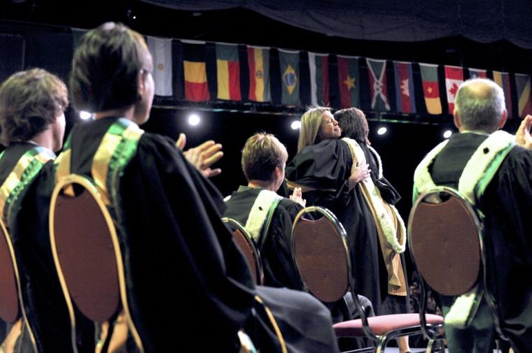 La foule a exprimé ses condoléances à la conjointe de Philippe Bernier-Dodier lors de la remise d'un diplôme de doctorat à titre posthume.