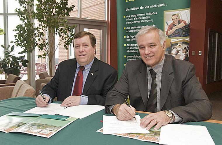 Messieurs Claude Paul-Hus, président du conseil d'administration de l'Ordre des CMA du Québec et Roger Noël, doyen de la Faculté d'administration