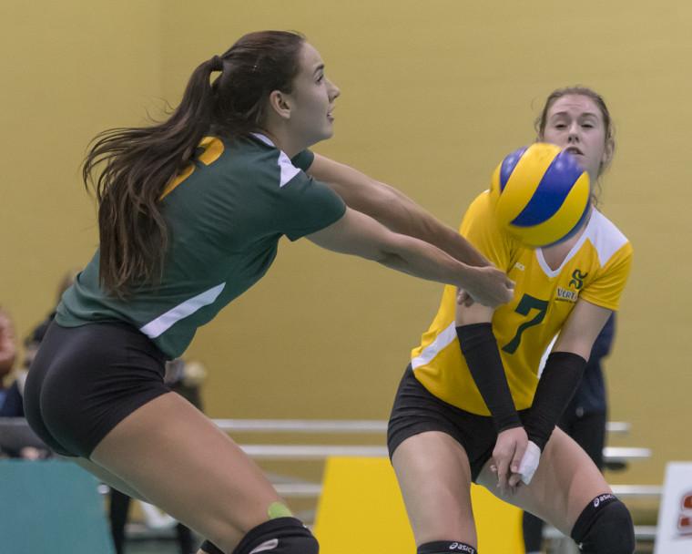 Les recrues Rose Brazeau et Maïna Dubois à l'oeuvre lors de la victoire du Vert & Or sur les Citadins de l'UQAM le vendredi 10 novembre, au gymnase du Centre sportif de l'UdeS.