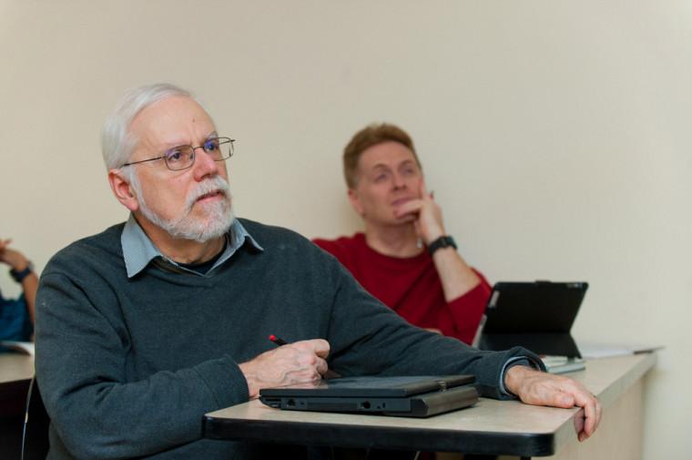 Le physicien André-Marie Tremblay et, en arrière-plan, son collègue Patrick Fournier.