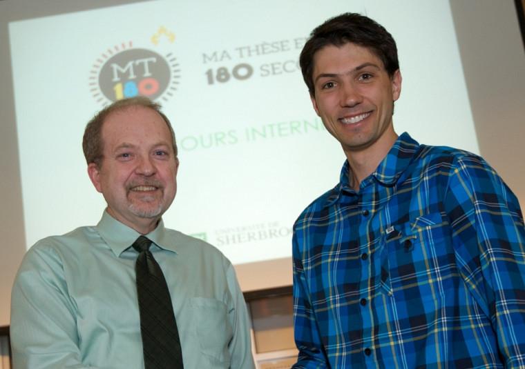 Frédéric Picard-Jean, à droite, représentera l'UdeS à la grande finale québécoise du concours Ma thèse en 180secondes. Il reçoit ici les félicitations du vice-recteur associé à la recherche, Pierre-Richard Gaudreault.