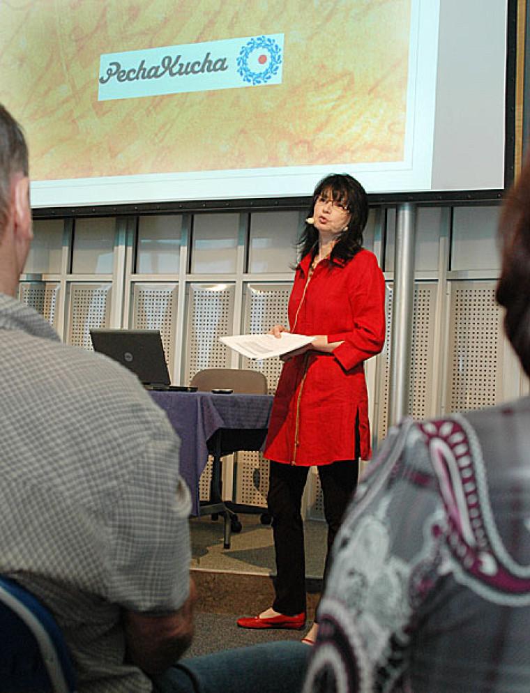La professeure Martine Pelletier lors de la présentation du pecha kucha dans le cadre du Mois de la pédagogie universitaire.