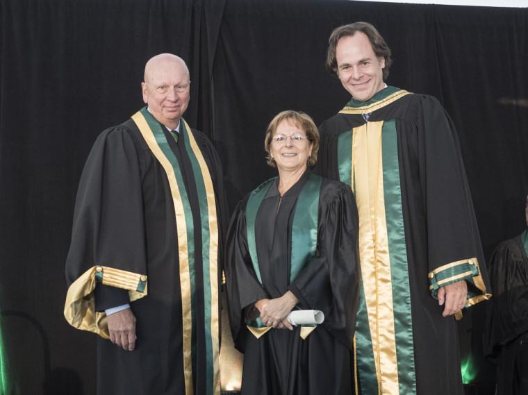 Le président de la Fondation de l'UdeS, Me Luc Borduas, la professeure Denise Pratte et le doyen Sébastien Lebel-Grenier.