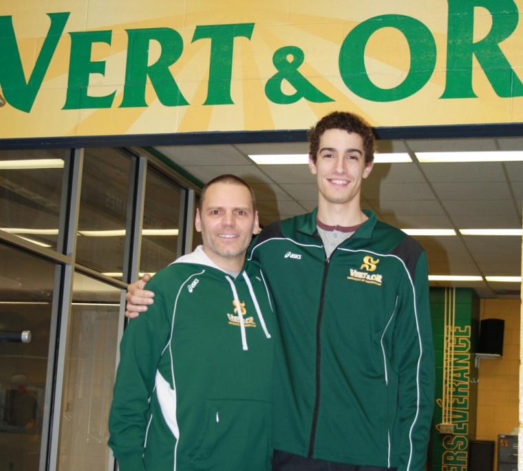 L'entraîneur-chef du Vert & Or en volleyball masculin Marc Lussier, en compagnie de Francis Castro.