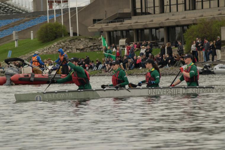Des membres de la délégation sherbrookoise du Raftman pagaient sur la bassin d'eau de l'Île Notre-Dame à Montréal.