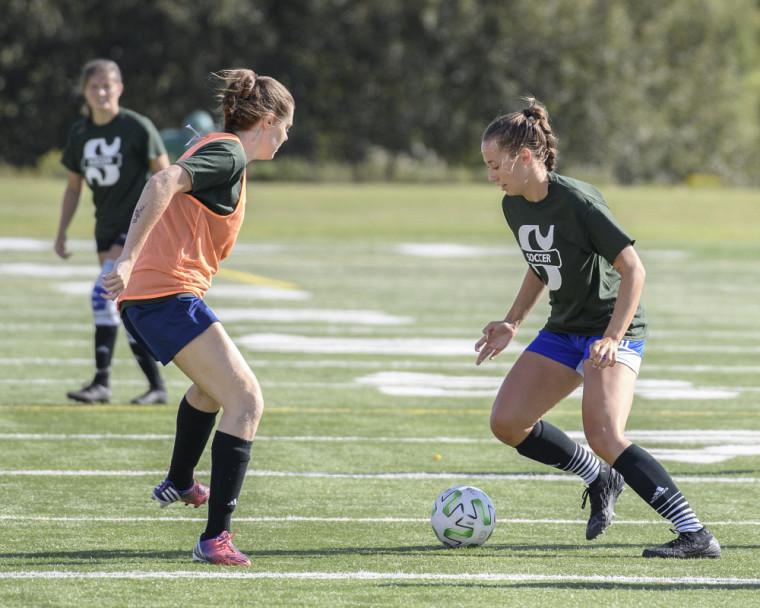 La recrue Kerstin-Delaney O'Meara (en vert) en action au camp de sélection de l'équipe féminine de soccer Vert & Or.