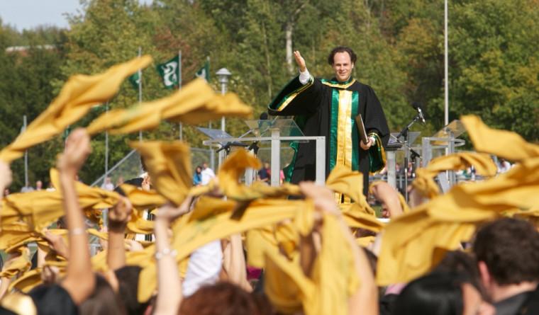 Les doyens ont tour à tour présenté les diplômées et diplômés de leur faculté.