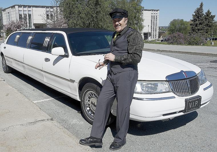 Marc Tremblay a effectué sa dernière tournée du Campus principal en limousine, revêtu d'un costume de chauffeur, lors de sa dernière journée de travail, jeudi dernier.