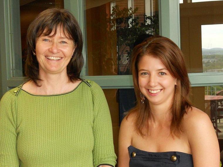Francine Turmel, doyenne de la Faculté d'administration, et Catherine Beaulieu-Girard, qui a obtenu deux bourses lors de la remise des Prix d'honneur.