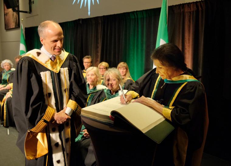 Lors de la séance universitaire, le recteur, le professeur Pierre Cossette, a invité Mme Obomsawin à signer le livre d'or de l'UdeS.