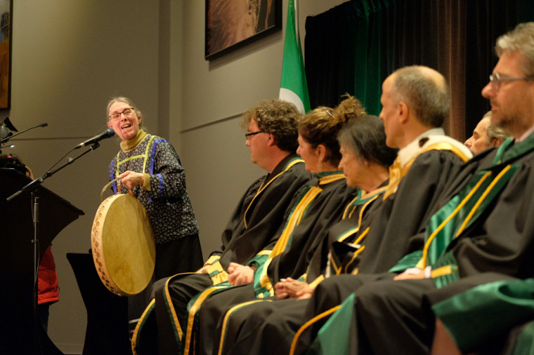 La séance fut suivie de chants abénakis interprétés par madame Nicole O'Bomsawin, anthropologue, enseignante à l'Institution postsecondaire Kiuna et membre de la communauté d'Odanak.