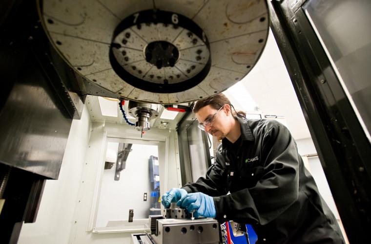 Avec son expertise,Michaël Turmel procède à la vérification du jeu de tolérance de pièces qu'il usine sur une fraiseuse CNC. Ces pièces de montage peuvent accueillir plusieurs capteurs de mesures servant à tester des turbines.