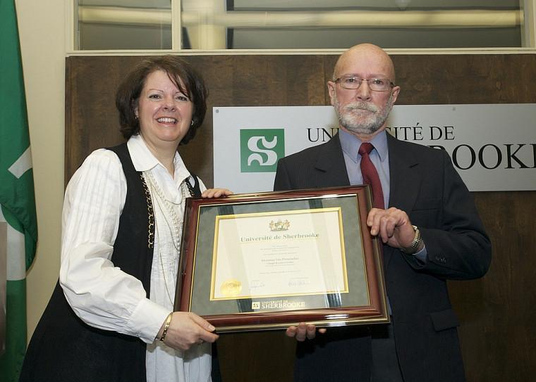 Léo Provencher a reçu le prix du volet individuel de la Grande distinction en enseignement universitaire des mains de la vice-rectrice Lucie Laflamme.