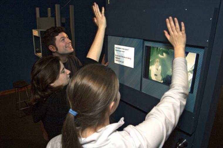 Guillaume Pratte, Marie-Josée Cardin et Catherine Hallé ont semblé apprécier leur visite de l\'exposition Au-delà de l\'image. Photo : Michel Caron