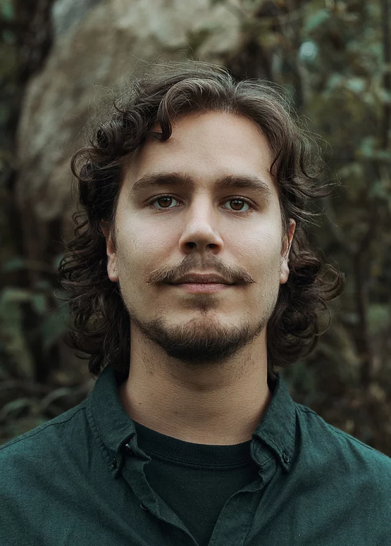 Jean-François Racine, diplômé de l'École de musique de l'Université de Sherbrooke et compositeur/producteur de 28 ans, a réalisé la trame sonore du jeu Outward.