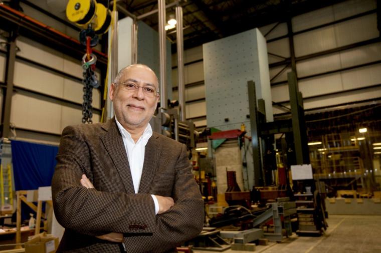 Le professeur Patrick Paultre dans son environnement de travail : le laboratoire de structures.